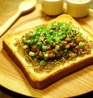 薬味たっぷり!ごま油香る♪カリカリちりめんじゃこと納豆の和風トースト 食パン(トースト)・納豆料理 -Recipe No.1403-